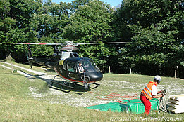 Sementina, San Defendente/TI, July 2009 - The AS 350B3 Ecureuil HB-ZIW of Tarmac Aviation piloted by Fabrizio De Giorgi is ready to lift the next cargo (M. Bazzani)