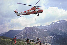 Switzerland, '70s - The Sikorsky S-58T HB-XDT in service with Heliswiss transporting concrete for the construction of a power line (archive W. Tschumi)