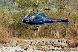 San Vittore/GR, April 1997 - The AS 350B2 Ecureuil HB-XVM descends over the Moesa river to refill the bumby-bucket (M. Bazzani)
