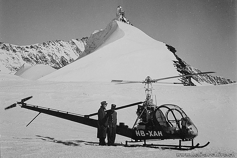 March 2, marzo 1955 - The Hiller UH-12B HB-XAH on the Jungfraujoch. In the background the Sphinx observatory (archive J. Bauer)