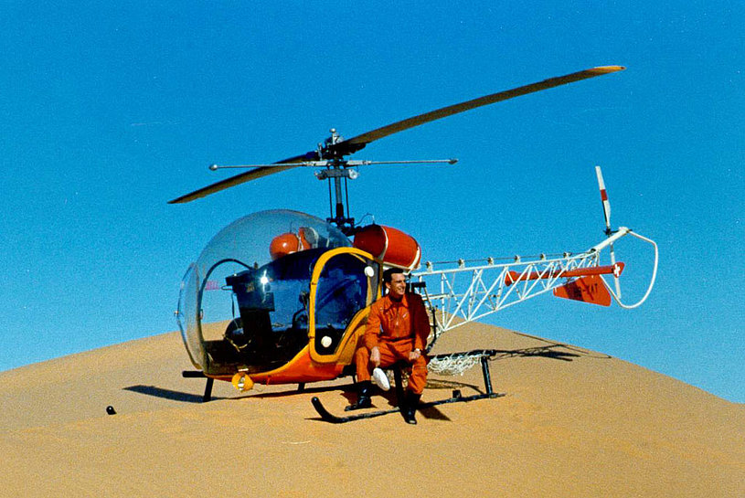 Sahara desert 1966 - Markus Burkhard along with the Bell 47G2 HB-XAT used to transport a group of geologists and their equipment (M. Burkhard)
