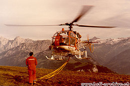 September 1980 - The SA 315B Lama HB-XFO of Heliswiss ready to lift an external cargo (archive E. Devaud)