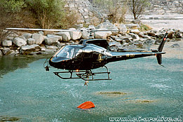 Lodrino/TI, March 2003 - The AS 350B3 Ecureuil HB-ZEJ descends over the Ticino river to refill its bumby bucket - (M. Bazzani)