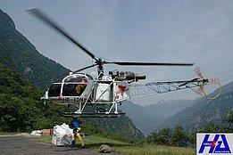 Giornico, June 2006 - The SA 315B Lama HB-XDN ready to lift a heli-bag (M. Bazzani)