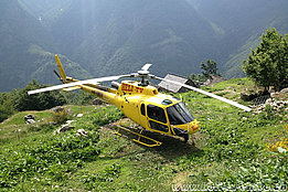 Brontallo/TI, estate 2015 - L'AS 350B3 Ecureuil HB-ZLV in servizio con la Heli-TV (D. Cadei)