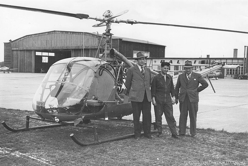 The Swiss pilot Oswald Matti (centre) along with two policemen and the Hiller UH-12B HB-XAC used experimentally for air patrol tasks (archive O. Matti)