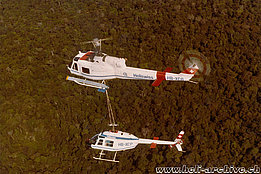 Suriname, June 1972 - After an engine problem the Bell 206A Jet Ranger HB-XCP is trasported back to its base by the Agusta-Bell 204B HB-XCG (archive S. Refondini)