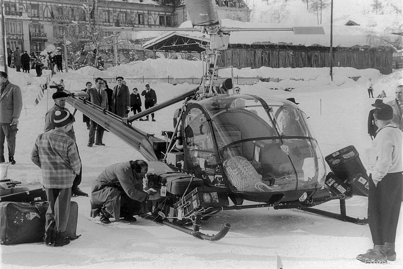 Zermatt/VS, February 1955 - Sepp Bauer secures the luggages to the Hiller UH-12B HB-XAH in service with Air Import (archive J. Bauer)