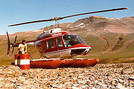 Greenland, summer 1971 - Silvio Refondini refuels the Bell 206A Jet Ranger HB-XDH in service with Heliswiss (S. Refondini)
