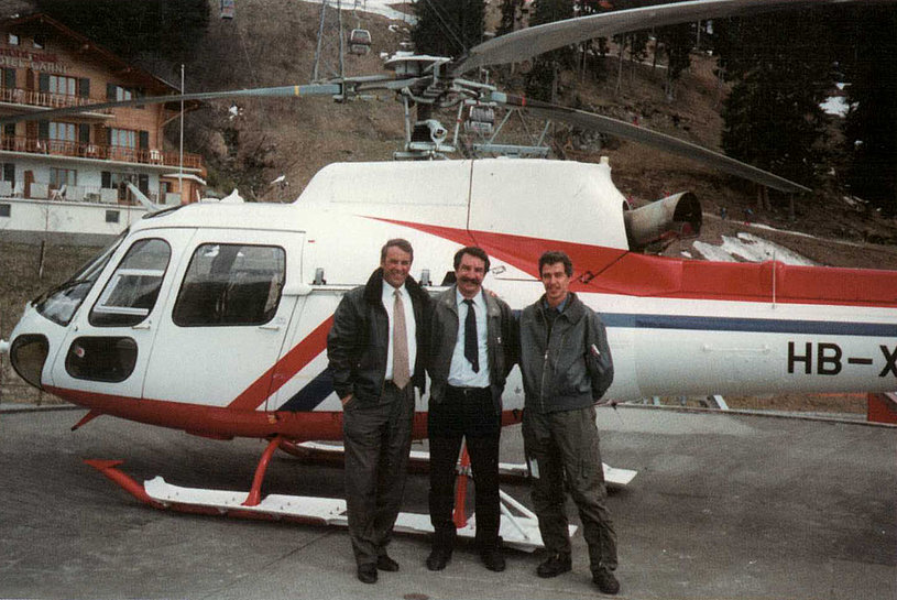 Markus Burkhard (centre) along with Adolf Ogi (left) the president of the Swiss Confederation. The helicopter is the AS 350B2 Ecureuil HB-XVA belonging to the FOCA (M. Burkhard)