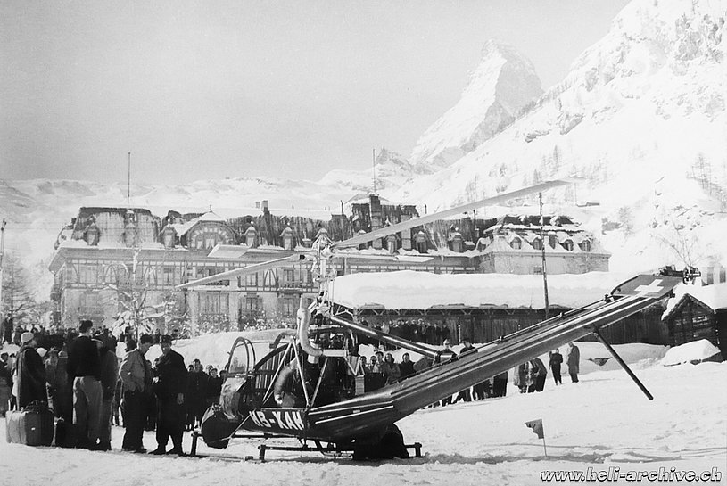 Zermatt/VS, February 1955 - The Hiller UH-12B HB-XAH in service with Air Import arrives in Zermatt to supply the village (archive J. Bauer)