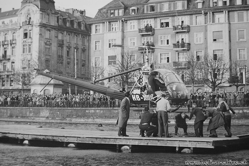 The Hiller UH-12B HB-XAH piloted by Sepp Bauer during the SARG demonstration in Zurich (archive J. Bauer)