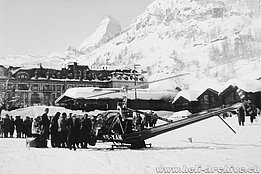 Zermatt/VS, February 1955 - The Hiller UH-12B HB-XAH in service with Air Import is used to connect the famous resort isolated after a series of avalanches (archive Bauer)