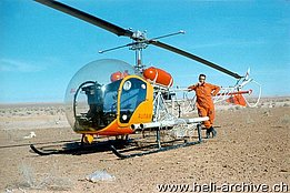 Tunisia 1966 - Markus Burkhard photographed near the Bell 47G2 HB-XAT in service with Heliswiss (archive M. Burkhard)