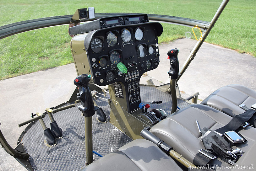 The cabin and the flying controls of a Hiller UH-12B. The original radio equipment has been replaced (M. Bazzani)