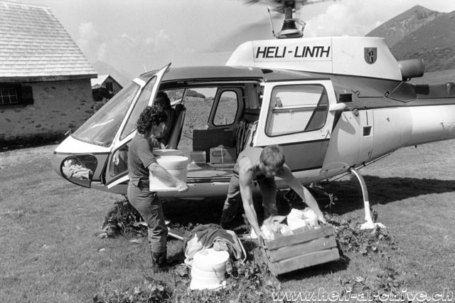 Glarus Alps, early 1980s - The AS 350B Ecureuil HB-XGW transports the cheese produced on the alp during the summer months (family Kolesnik)