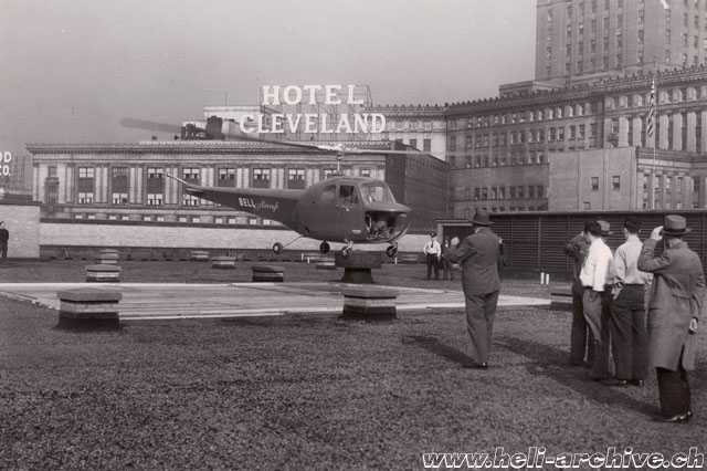 The Bell 47B NX92845 lands on the roof of a hotel (Bell Aircraft)