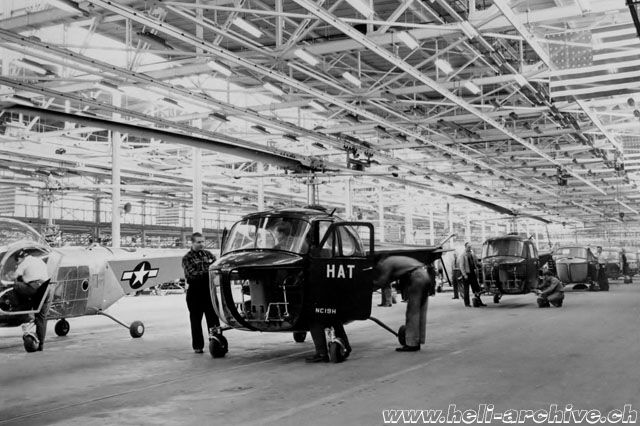 The production line of the Bell 47B. In the background some military YR-13 are visible (Bell Aircraft)