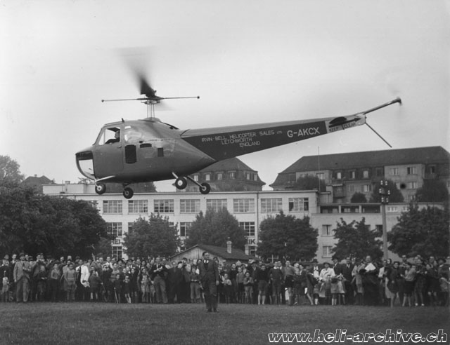 Zurich-Wollishofen, October 14, 1947 - A large crowd watch enthusiastically the evolution of the the Bell 47B G-AKCX (H. Gemmerli)