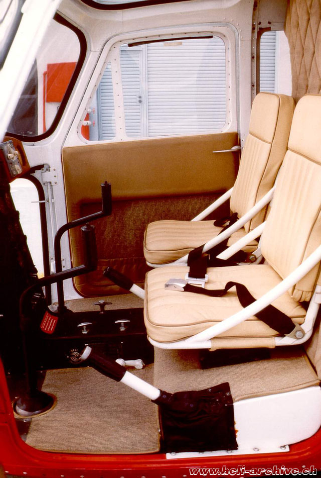 The picture shows the seats and the flying controls of the Bell 47B N116B (M. Bazzani)