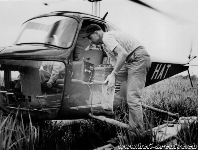 Luisiana, July 1947 - The technician prepares the gravitymeter for a new reading (HAB)