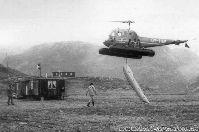 Greenland, summer 1972 - The Agusta-Bell 47J OY-HAV (s/n 1016) transports a rubber dinghy suspended to the barycentric hook (E. Devaud - HAB)