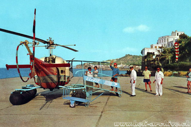 Ischia/Casamicciola heliport, '60s - Some passengers boarding an Agusta-Bell 47J Ranger in service with Elivie (HAB)