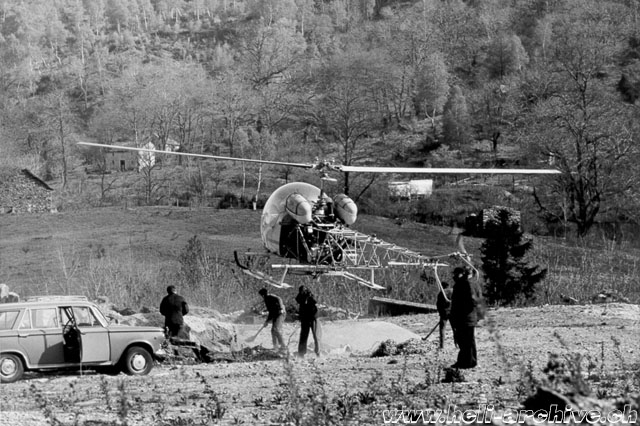 Image 1 - The Agusta-Bell 47G3B-1 HB-XBY is used to transport gravel (HAB)