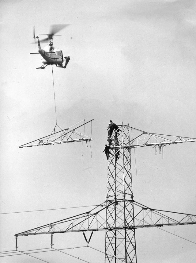 Foto 2 - The Agusta-Bell 204B in service with Heliswiss photographed during the aerial assembly of a power line pylon (HAB)
