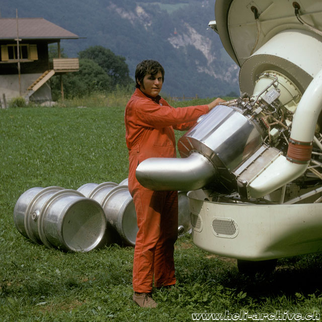 1972 - The mechanic of Heliswiss Peter Aegerter inspects the Garrett-Airesearch TSE-331-3U-303 gas turbine (archive P. Aegerter)