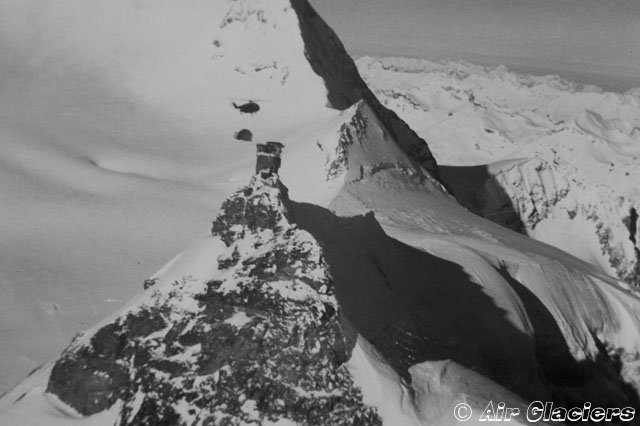 March 22, 1967 - The SA 321 Super Frelon F-WJUX approaches the Sphinx observatory with the dome suspended on the baricentric hook (archive Air Glaciers)