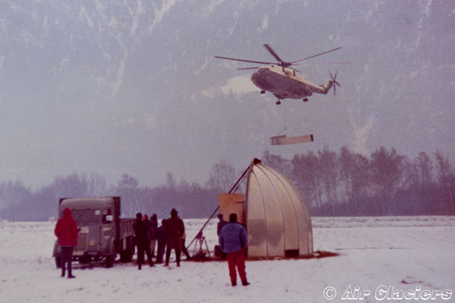 Raron airport/VS, December 21, 1966 - The SA 321 Super Frelon F-WJUX accomplish some flight trials with one of the components of the dome suspended to the baricentric hook (© Air Glaciers)