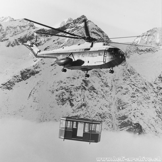 December 1966 - The SA 321 Super Frelon F-WJUX transports one of the two cabins of the Blauherd - Unterrothorn cablecar which entered in service in July 1967 (HAB)