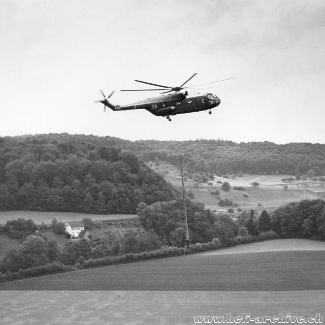 Windisch/AG, May 27, 1966 - The SA 321 Super Frelon F-ZWWJ transports and set in position four heavy concrete pylons (HAB)
