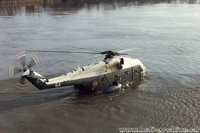 The SA 321 Super Frelon could land on water, but only if the sea conditions were extremely calm (HAB)