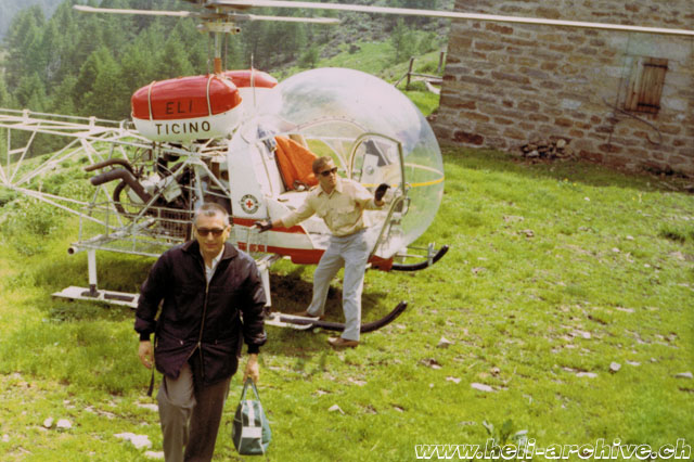 June 18, 1970 - Erwin Schafrath next to the Agusta-Bell 47G3B-1 HB-XBY in servicd with Eliticino on the Alpe Matro (HAB)