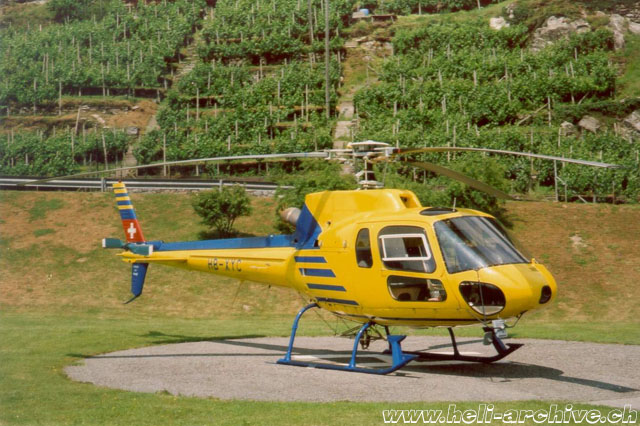 Monte Carasso/TI, April 1992 - The AS 350B2 Ecureuil HB-XYC in service with XME (M. Bazzani)
