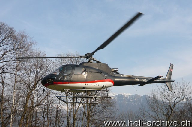 Sementina/TI, marzo 2011 - AS 350B3 Ecureuil HB-ZHE Tarmac Aviation (M. Bazzani)