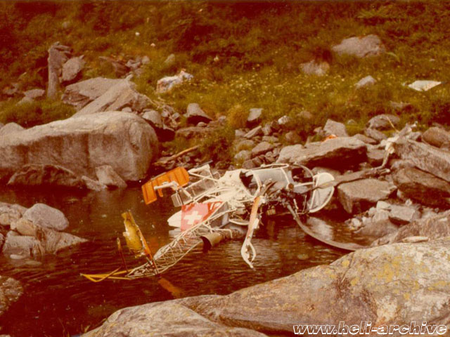 Val D'Agro/TI, June 30, 1976 - The SA 315B Lama HB-XEY in service with Eliticino was victim of a cable collision. The pilot Georg Wedtgrube was seriously injured in the accident (HAB)