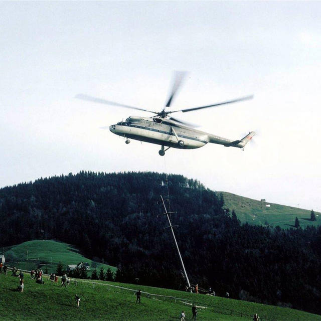 Herisau/AE, April 1966 - The Mil Mi-6 CCCP-06174 set in place a concrete pylon (archive P. Aegerter)