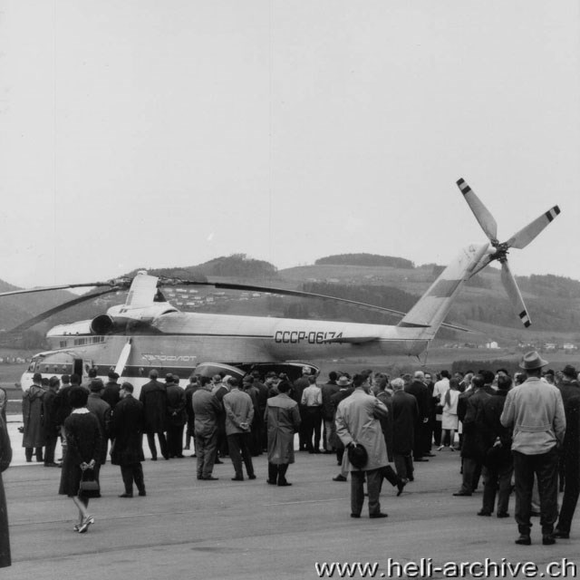 Belp/BE, April 1966 - Many visitors came to the airport to see from close the giant Russian helicopter (W. Studer - HAB)