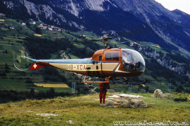 Jean-Pierre Allet transports construction materials with the Agusta-Bell 47J3B-1 HB-XCA (archive R. Gauderon)