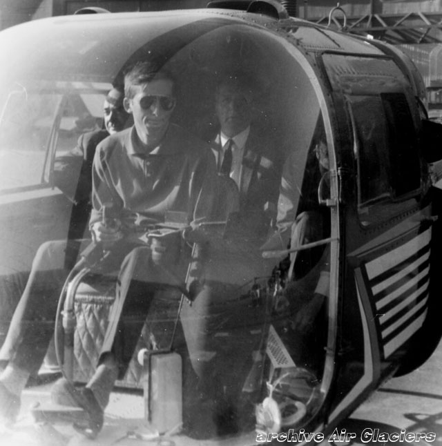 Jean-Pierre Allet at the controls of the Agusta-Bell 47J3B-1 HB-XCA trasports some passengers (archive Air Glaciers)