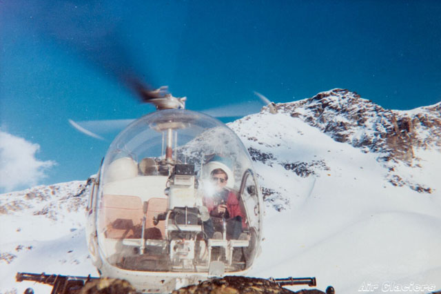 Jean-Pierre Allet photographed at the controls of the Agusta-Bell 47G3B-1 HB-XCI during the commercial pilot course with Heliswiss (archive Air Glaciers)