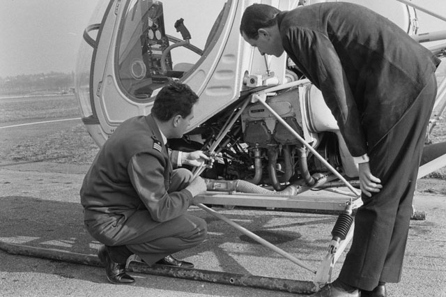 February 1967 - Jean Baer (on the left) checks the oil level of the Hughes 269B HB-XCC (J. Schmid)
