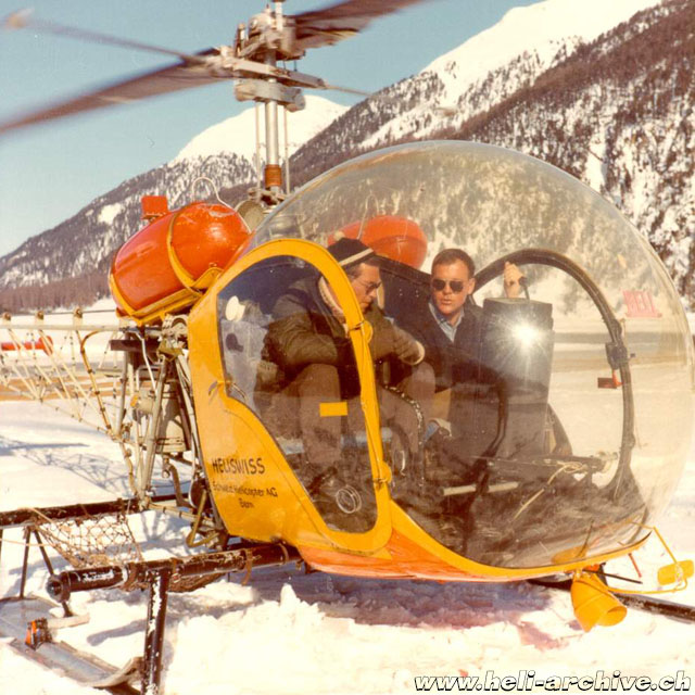 Samedan/GR, winter 1965 - Walter Tschumi (left) along with Fernand Cardinaux and the Bell 47G2 HB-XAX in service with Heliswiss (family Cardinaux)