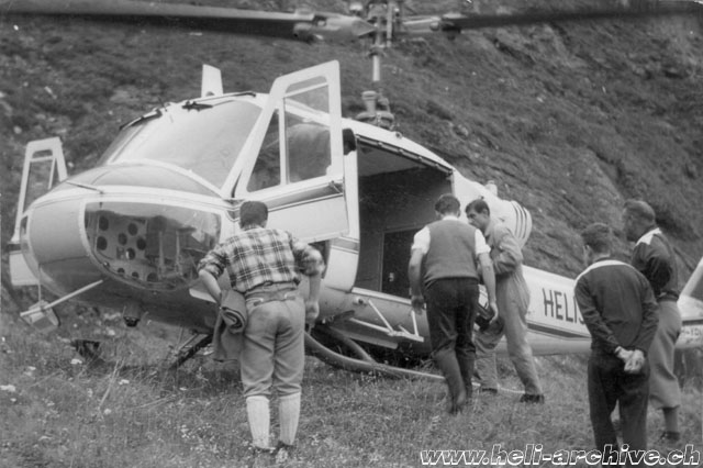 Robiei/TI, settembre 1964 - Jacques-Pascal Castaing accanto all'Agusta-Bell 204B HB-XBN della Heliswiss (G. Testa)
