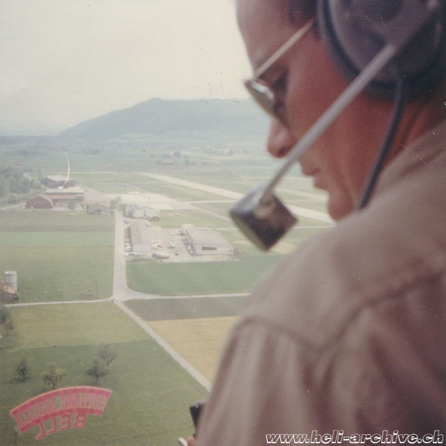 1965 - Jean-Pierre Füllemann at the controls of the Agusta-Bell 47J3B-1 HB-XBX approaching the airport of Belp/BE (archive P. Füllemann)