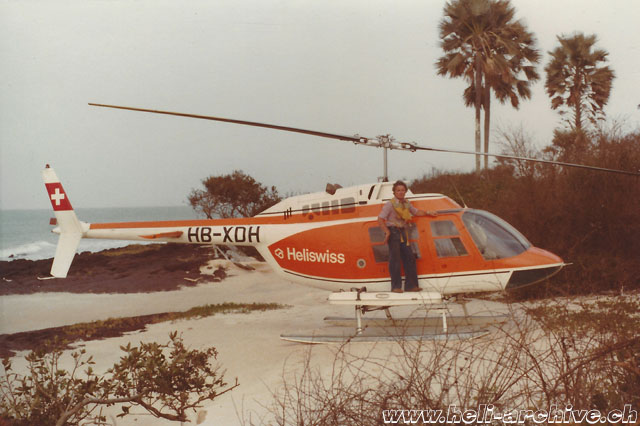 Mauritania 1972 - Along with Bell 206A Jet Ranger HB-XDH fitted with auxiliary fuel tanks and emergency floats (archive P. Füllemann)