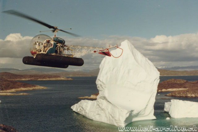 Greenland, early 1970s - Jean-Pierre Füllemann at the controls of the Bell 47G2 HB-XAW among the icebergs (archive P. Füllemann)
